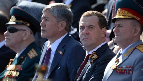 Председатель правительства РФ Дмитрий Медведев и президент Киргизской Республики Алмазбек Атамбаев во время военного парада в ознаменование 70-летия Победы в Великой Отечественной войне