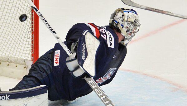 Вратарь сборной США Коннор Хеллебайк в матче группового раунда чемпионата мира по хоккею 2015 между сборными командами США и Словакии.