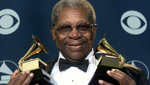 Блюз музыкант Би Би Кинг с своими наградами на 43-м Grammy Awards в Лос-Анджелесе