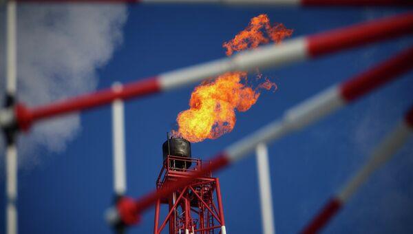 Вид на газовый факел морской платформы. Архивное фото
