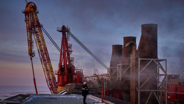 Вид на устройство загрузки нефти в танкер морской нефтеперерабатывающей платформы с вертолетной площадки