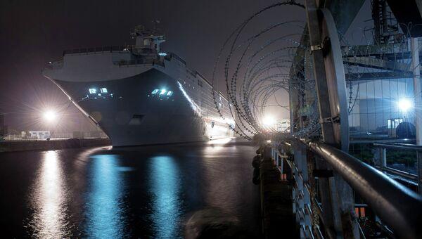 Десантный вертолетоносный корабль-док Владивосток типа Мистраль на судостроительном заводе фирмы STX Europe в городе Сен-Назер. Архивное фото