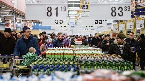 Посетители в гипермаркете Лента в Великом Новгороде