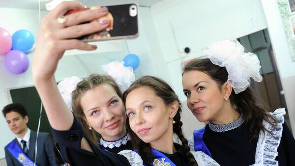 Выпускницы 11-х классов средней общеобразовательной школы № 30 во время праздника Последний звонок в городе Чите
