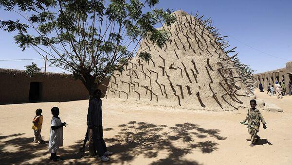 Дети у Могилы Аскиа. Мали. Архивное фото