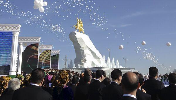 Открытие статуи президента Туркменистана Гурбангулы Бердымухамедова в Ашхабаде
