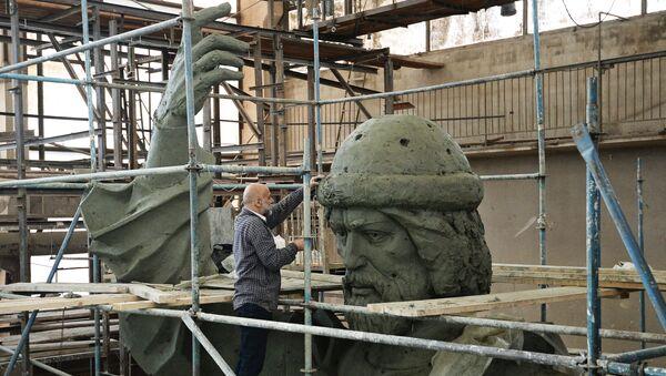 Cкульптор народный художник Cалават Щербаков работает над моделью памятника Великому князю Владимиру. Архивное фото