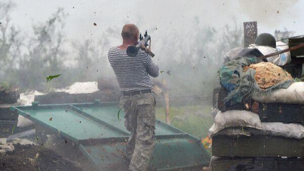 Украинский военный с гранатометом на позиции в районе Донецка, Украина