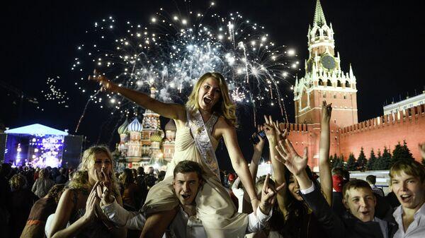 Выпускники празднуют окончание школы на Красной площади в Москве. Архивное фото