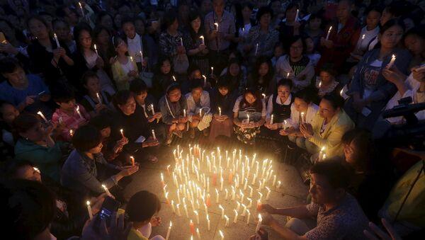 Местные жители зажгли свечи в память о жертвах кораблекрушения судна Звезда Востока на реке Янцзы