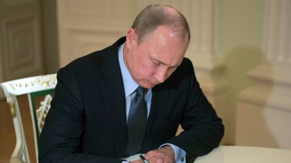 Путин подписал закон о либерализации ограничений во внешнеторговых расчетах