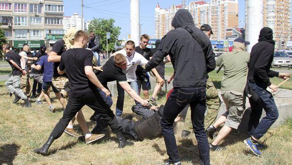 Столкновения между участниками гей-парада и радикалами в Киеве, 6 июня 2015