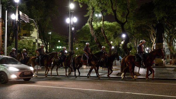 Конная полиция патрулирует центр Сан-Паулу после окончания футбольного матча