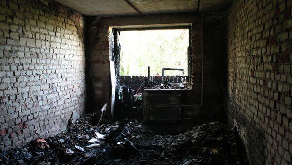 Разрушенная квартира в жилом многоквартирном доме, пострадавшем в результате обстрела украинскими силовиками города Донецка. Архивное фото