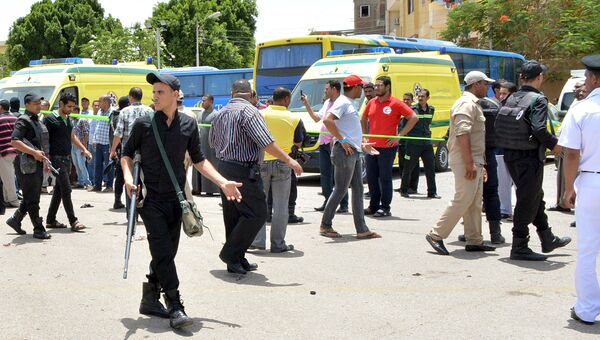 Полиция и скорая помощь на месте теракта в Луксоре
