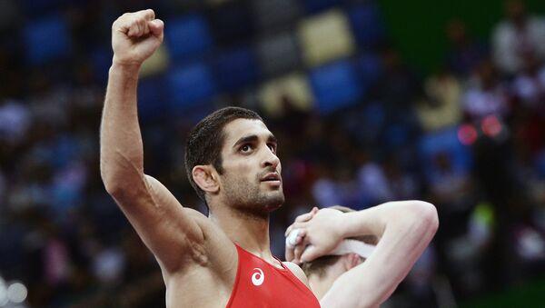 Степан Маранян (Россия) радуется победе над Сосланом Дауровым (Белоруссия) на Играх в Баку