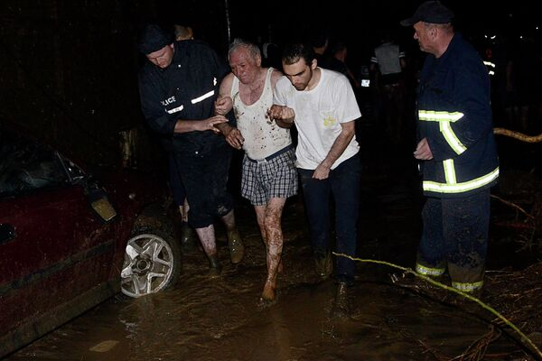 Спасатели помогают пострадавшим во время наводнения в Тбилиси