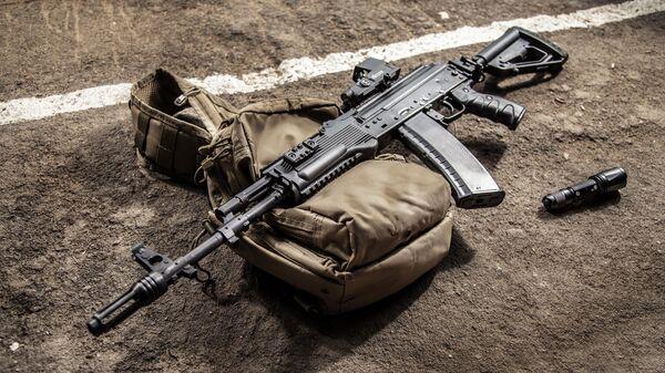 Автомат АК-74М, оборудованный новым комплектом модернизации