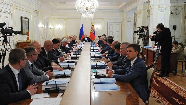 Президент России Владимир Путин (в центре) проводит заседание президиума Государственного совета РФ в резиденции Ново-Огарево. Архивное фото