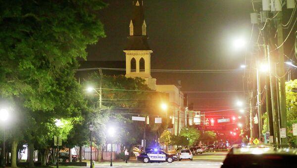 На месте стрельбы в Африканской методистской церкви в Чарлстоне. США, июнь 2015