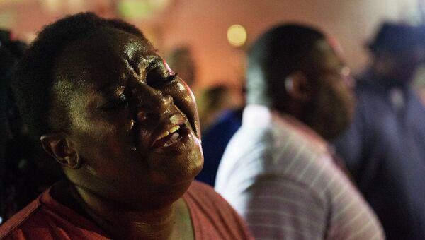 Молящиеся на месте стрельбы в Африканской методистской церкви в Чарлстоне