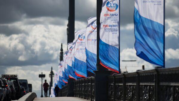 Флаги с символикой Петербургского международного экономического форума 2015 на Благовещенском мосту