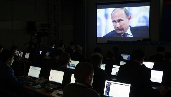 Журналисты в пресс-центре XIX Петербургского международного экономического форума смотрят трансляцию выступления президента РФ Владимира Путина на панельной дискуссии в ходе пленарного заседания ПМЭФ