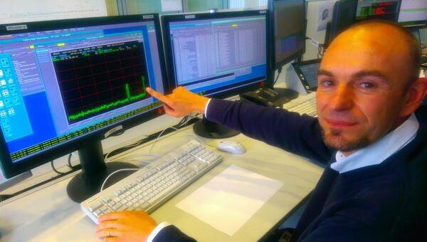 Инженер Роберто Порта получает данные по телеметрии, поступающие с «Филы»
