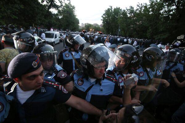 ОМОН блокирует протестующих в Ереване