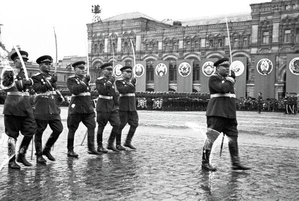 Маршал Советского Союза Родион Малиновский и командующие армиями 2 Украинского фронта на Параде Победы 24 июня 1945 года на Красной площади