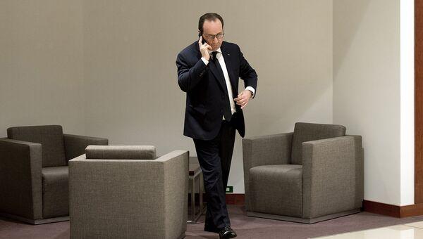 Президент Франции Франсуа Олланд говорит по телефону. 2015 год. Архивное фото