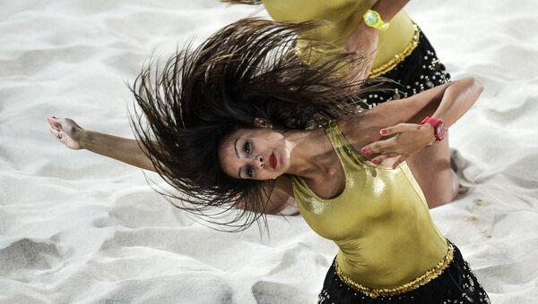 Девушки из группы поддержки выступают в перерыве отборочного матча по пляжному волейболу между сборными Азербайджана и Чехии на I Европейских играх в Баку