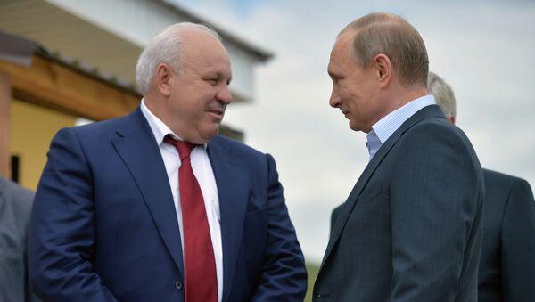 Президент России Владимир Путин (справа) и глава Республики Хакасия Виктор Зимин во время инспекции строительства домов для жителей села Усть-Бюр в Хакасии.
