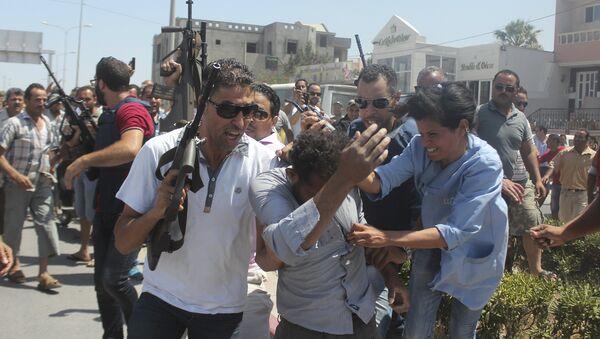 Полиция задерживает подозреваемого в стрельбе на пляже в Тунисе