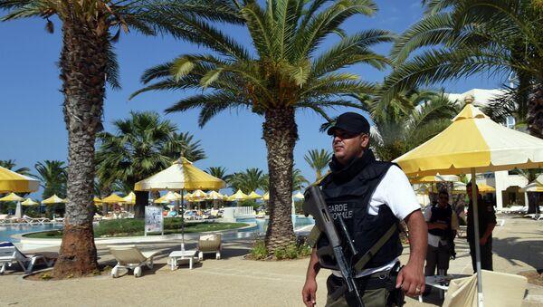 Сотрудник полиции на пляже отеля курорта Эль-Кантауи в Тунисе. Архивное фото