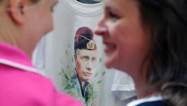 Футболки с изображением Владимира Путина. Архивное фото