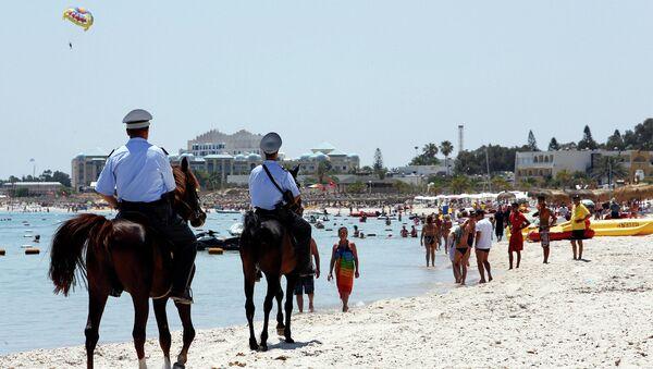 Конная полиция на пляже отеля курорта Эль-Кантауи в Тунисе. Июнь 2015. Архивное фото