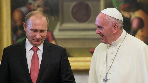 Президент России Владимир Путин и папа римский Франциск во время встречи в Ватикане