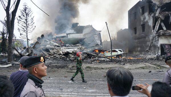 Местные жители на месте крушения военно-транспортного самолета Геркулес в Медане, Северная Суматра, Индонезия