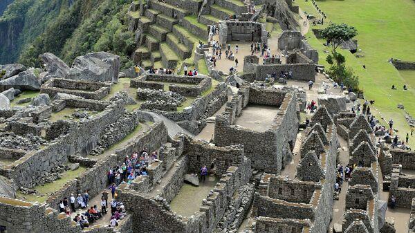 Туристы в древнем городе Мачу-Пикчу