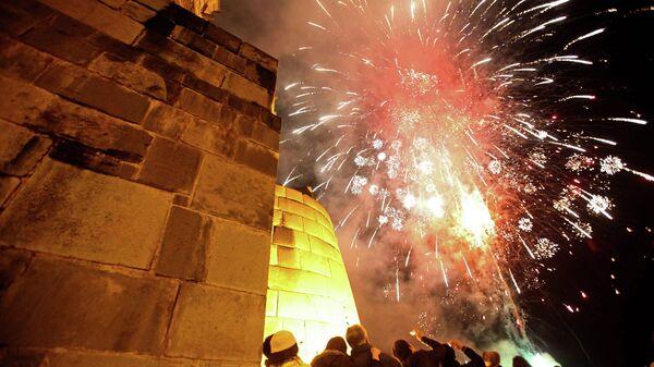 Фейерверк во время повторного открытия храма Кориканча в Мачу-Пикчу, Перу