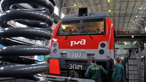Рабочие у локомотива на участке электровозосборочного цеха Новочеркасского электровозостроительного завода. Архивное фото