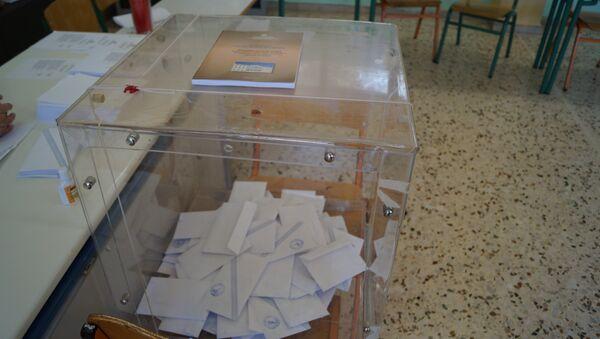 Урны для голосования на референдуме в Греции