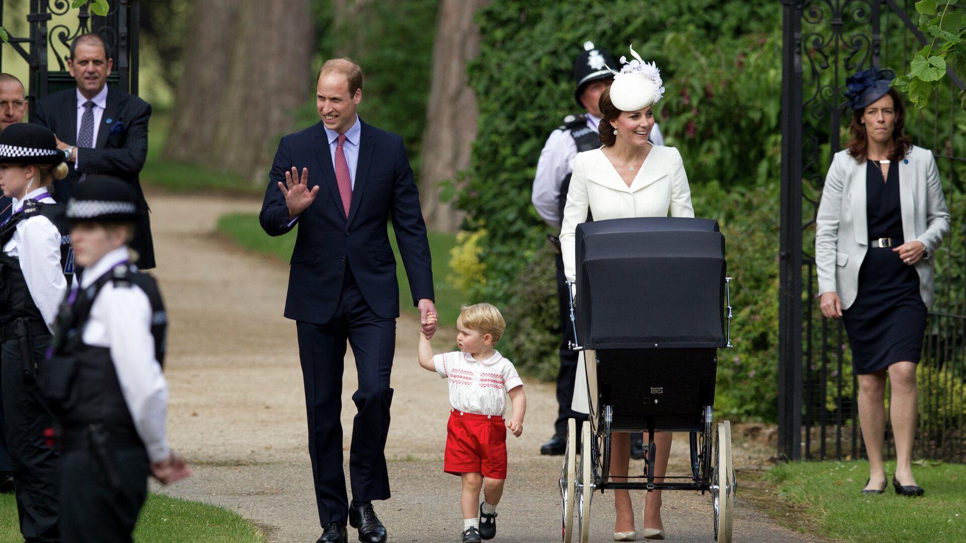 Герцог и герцогиня Кембриджские Уильям и Кэтрин с принцессой Шарлоттой возле церкви Святой Марии Магдалины после крещения - РИА Новости, 1920, 03.11.2020