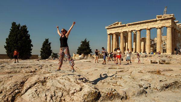 Туристы в Акрополе, Афины. Архивное фото