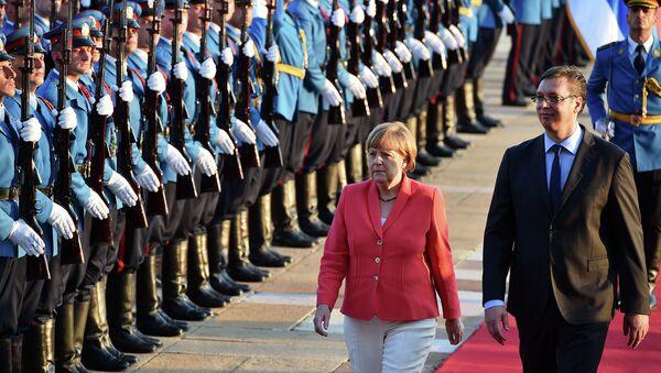 Канцлер Германии Ангела Меркель и премьер-министр Сербии Александр Вучич обходят почетный караул в Белграде