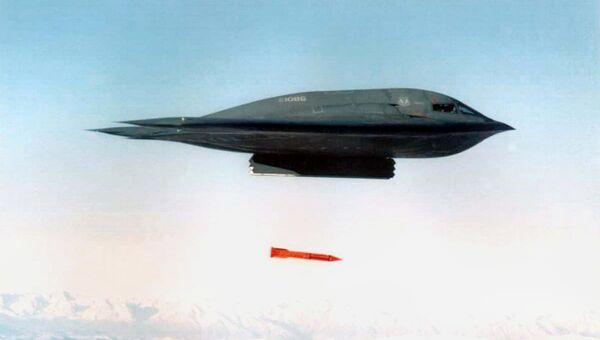Американский бомбардировщик B-2 Spirit сбрасывает бомбу  B61-11. Архивное фото
