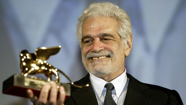 Египетский актер Омар Шариф позирует с наградой. Архивное фото