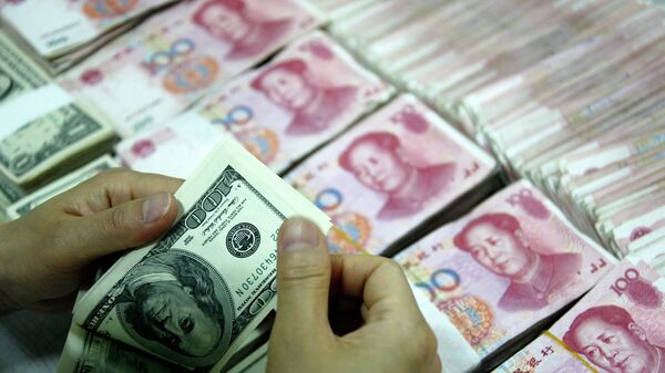 Доллары и юани. Архивное фото