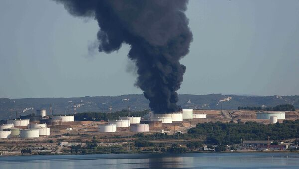 Пожар на заводе LyondellBassel в районе аэропорта Марселя, Франция. Архивное фото